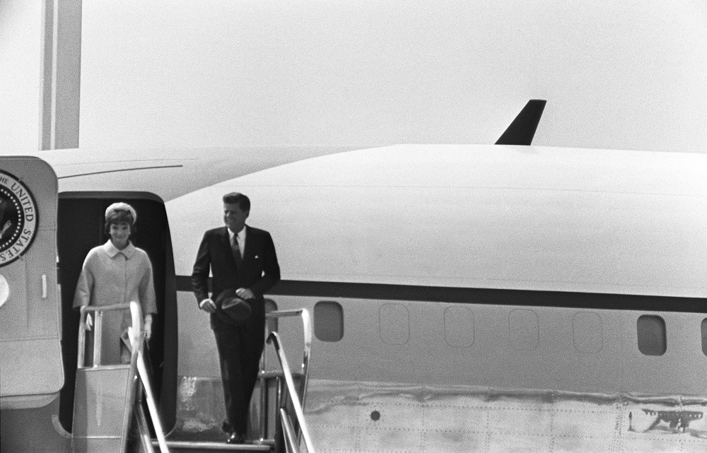 US President John Fitzgerald Kennedy (1917-63) and his wife Jacqueline disembark from the Air Force One
