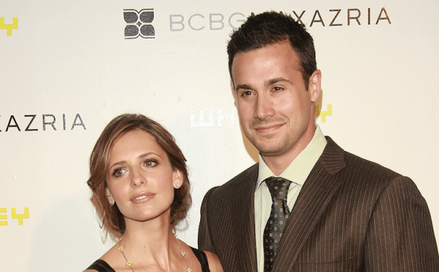 Freddie Prinze Jr. and Sarah Michelle Gellar on a red carpet.