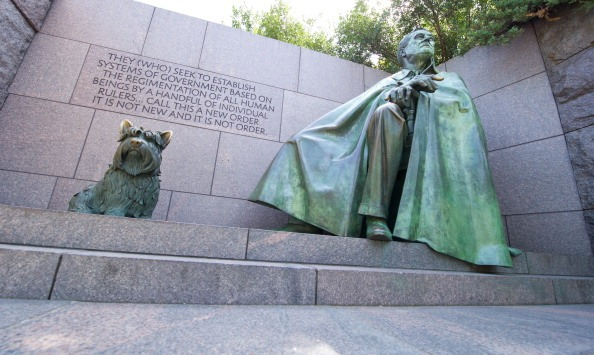 statues of FDR and his dog Fala