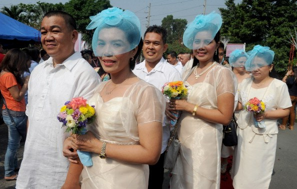 Couples queue for a free mass wedding in Manila