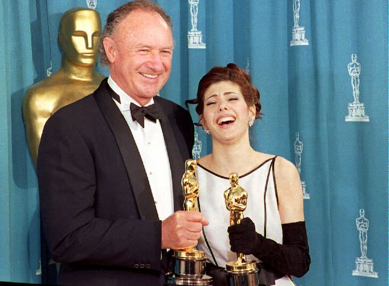 """LOS ANGELES, CA - MARCH 30: U.S. actor Gene Hackman (L) and U.S. actress Marisa Tomei pose with their oscars 29 March 1993 shortly after being respectively awarded best supporting actor and best supporting actress. Hackman won for his role in """"Unforgiven"""" and Tomei for """"My Cousin Vinny."""" (Photo credit should read SCOTT FLYNN/AFP/Getty Images)"""