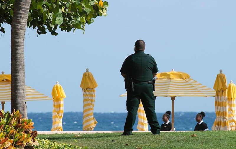 A security agent stands guard at the Mar-a-Lago Club where US President-elect Donald Trump is holding meetings December 30, 2016, in Palm Beach, Florida.