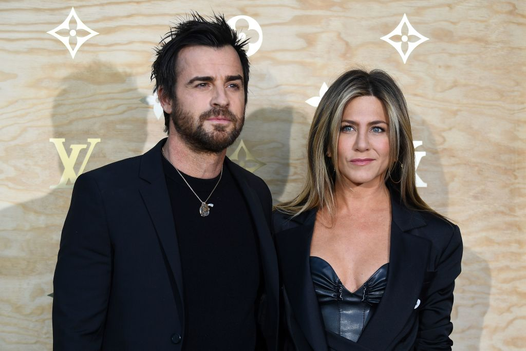 US actor Justin Theroux (L) and his wife US actress Jennifer Aniston (R) pose during a photocall ahead of a diner for the launch of a Louis Vuitton leather goods collection in collaboration with US artist Jeff Koons, at the Louvre in Paris on April 11, 2017.