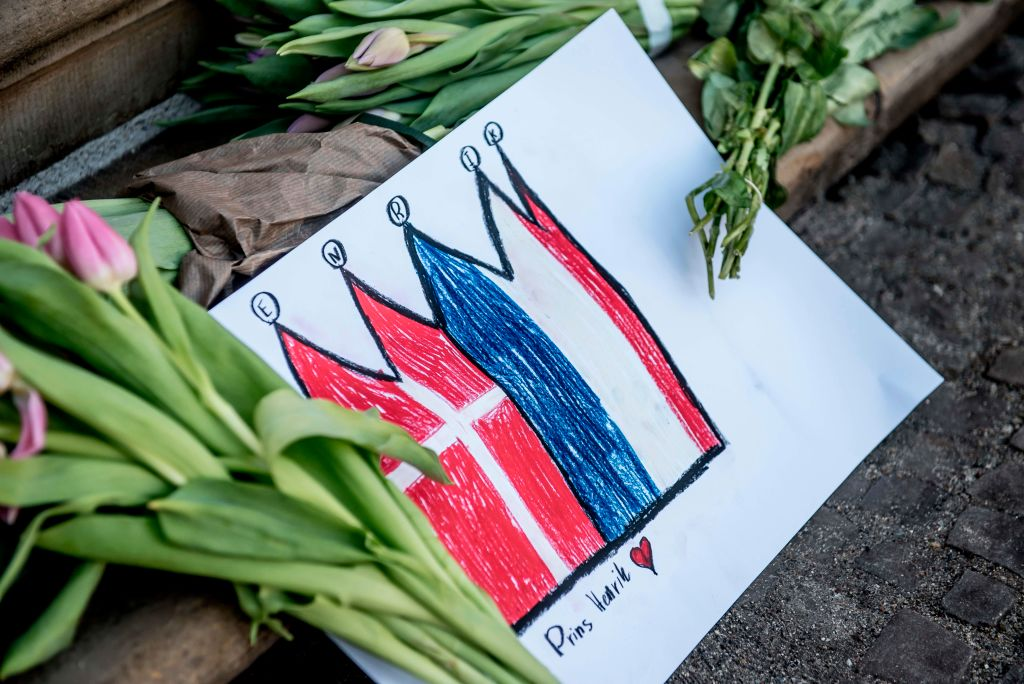 Flower and a sign after the death of Prince Henrik