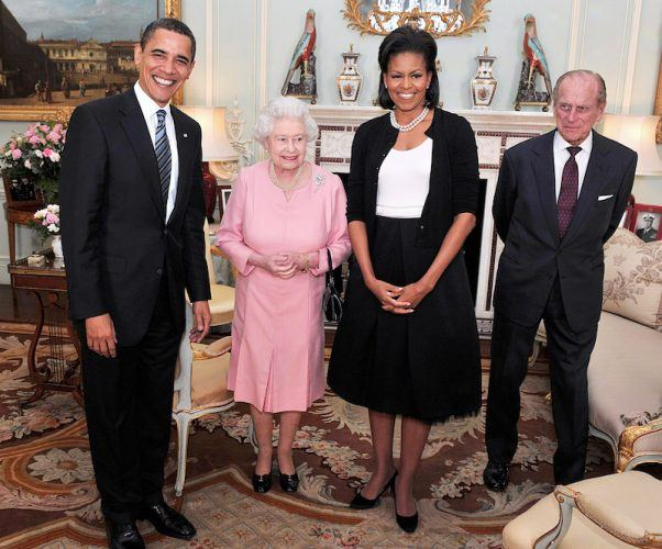 Michelle Obama, Barack Obama, Queen Elizabeth and Prince Charles posing together for a photo.