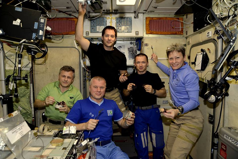astronauts eating in outer space - photo #14