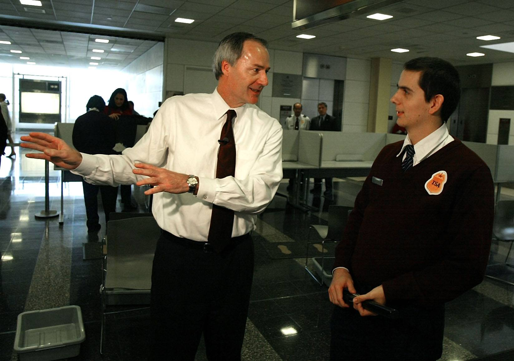 Undersecretary for Border and Transportation Security Asa Hutchinson (L) talks to a Transportation Security Administration