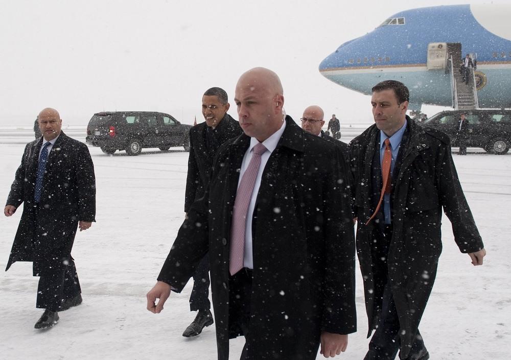 US President Barack Obama (C), surrounded by Secret Service agents