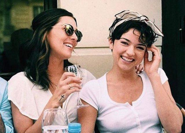 Rebecca Kufrin and Bekah Martinez sitting together having wine.