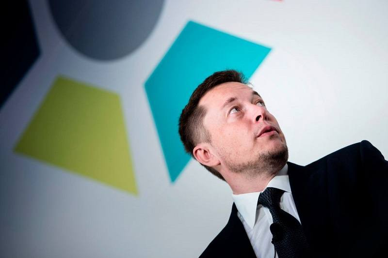 Shot of Elon Musk speaking to a crowd in 2017