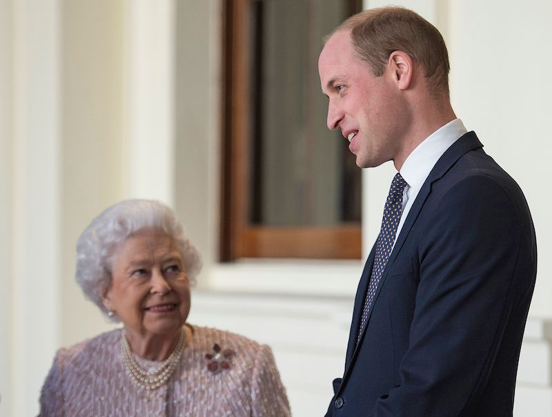 Britain's Queen Elizabeth II (L) stands with her grandson Britain's Prince William, Duke of Cambridge as they greet Germany's President Frank-Walter Steinmeier and his wife Elke Budenbender (unseen) outside the Grand Entrance of Buckingham Palace in central London on November 28, 2017, ahead of a private lunch. / AFP PHOTO / POOL / Victoria Jones (Photo credit should read VICTORIA JONES/AFP/Getty Images)