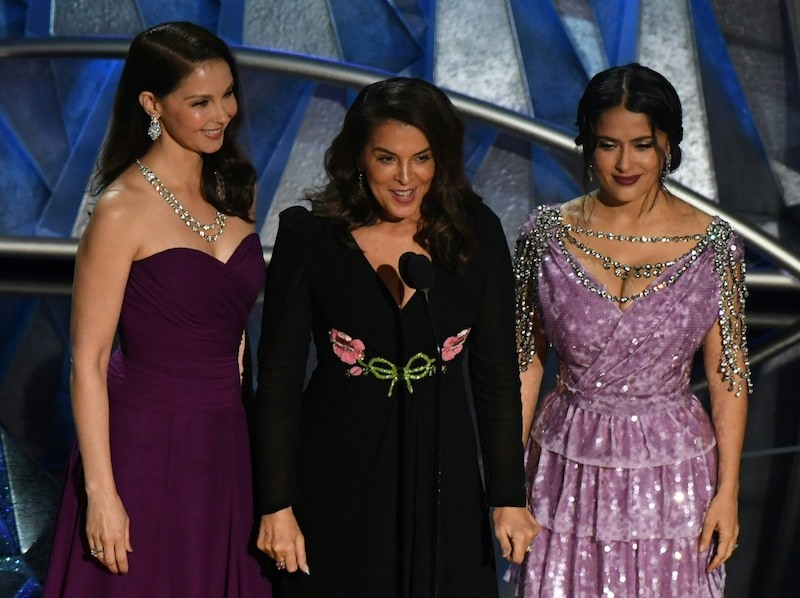 (FromL) Actress Ashley Judd, US-Italian actress Annabella Sciorra and Mexican-Lebanese actress Salma Hayek deliver a speech about sexual harassment in the entertainment industry during the 90th Annual Academy Awards show on March 4, 2018 in Hollywood, California. / AFP PHOTO / Mark RALSTON (Photo credit should read MARK RALSTON/AFP/Getty Images)