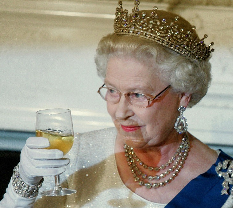 Queen Elizabeth II toasts US President George W. Bush after remarks at the start of a White House State Dinner for the British monarch and Prince Philip 07 May 2007 in Washington, DC.