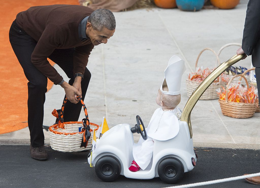 Barack Obama with child dressed as the pope for Halloween