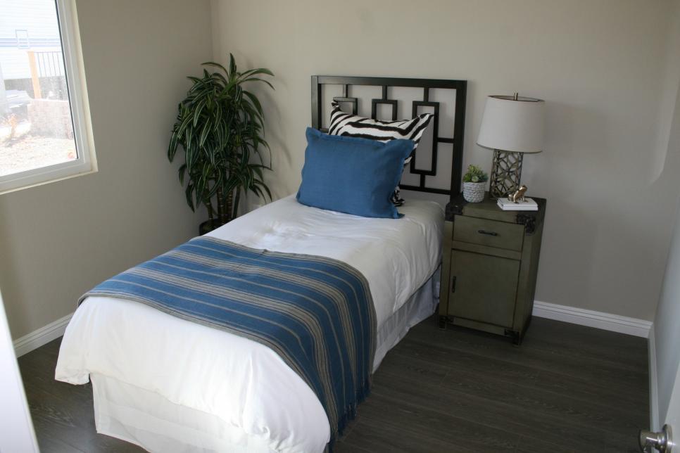 Flip or Flop tiny bedroom