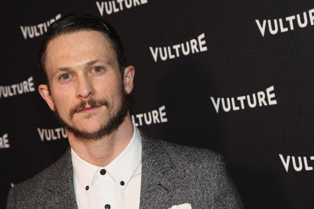 Jonathan Tucker posing on a red carpet event.