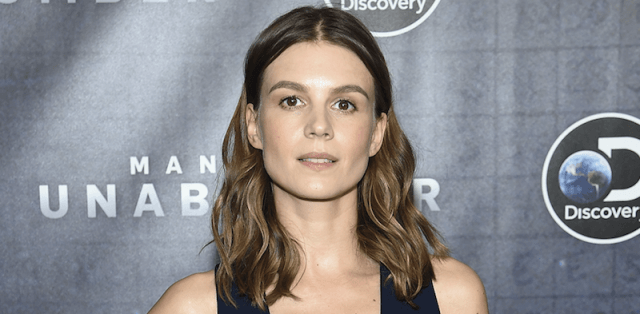 Katja Herbers posing for photographers on a red carpet.