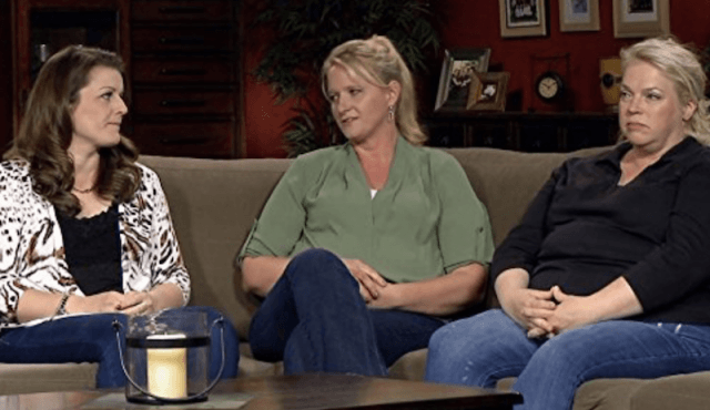 Kody's three wives sitting on a couch as they talk to each other.