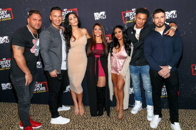 The cast of Jersey Shore posing together.