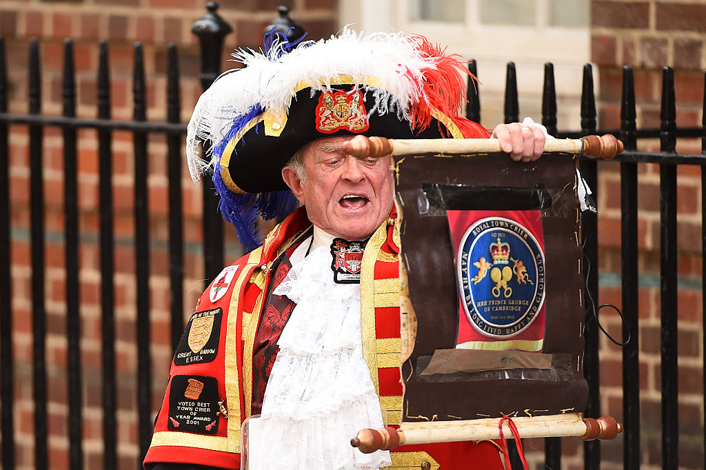 Royal crier announces birth of royal baby