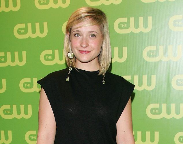 Allison Mack on a red carpet.