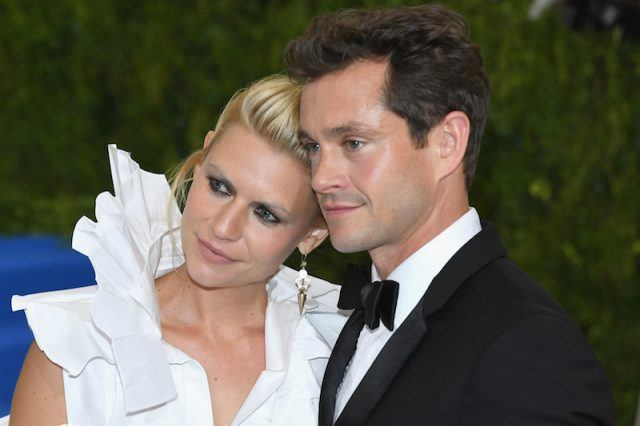 Claire Danes and Hugh Dancy posing as a couple on a red carpet.