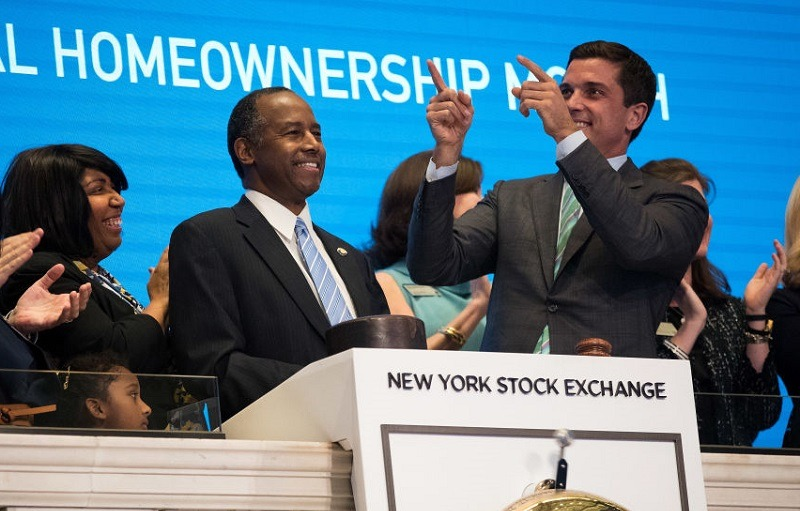 NEW YORK, NY - JUNE 12: U.S. Secretary of Housing and Urban Development Ben Carson (C), flanked by wife Candy Carson and Thomas Farley, president of the NYSE, rings the closing bell on the floor of the New York Stock Exchange (NYSE), June 12, 2017 in New York City. Carson rang the closing bell on Monday afternoon to highlight National Homeownership Month, a proclamation made by President Donald Trump.