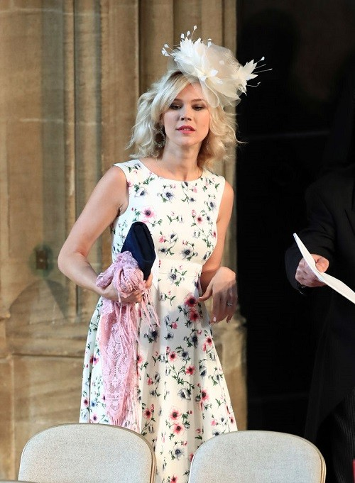British singer Joss Stone holding her black clutch.