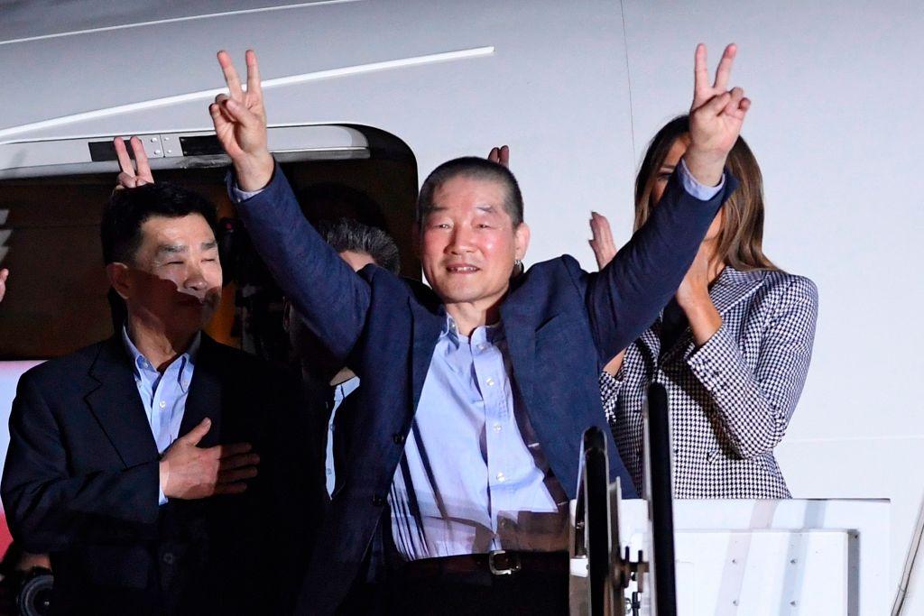 Kim Dong Chul north korean prisoner gives peace signs
