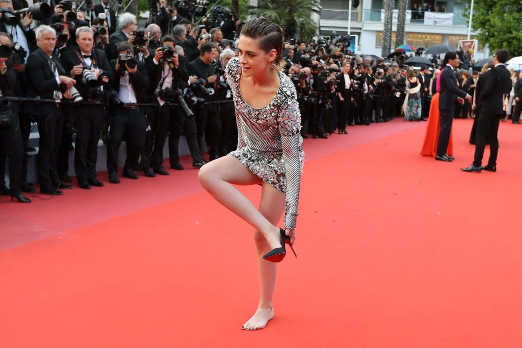 Kristen Stewart takes off her shoes on Cannes red carpet
