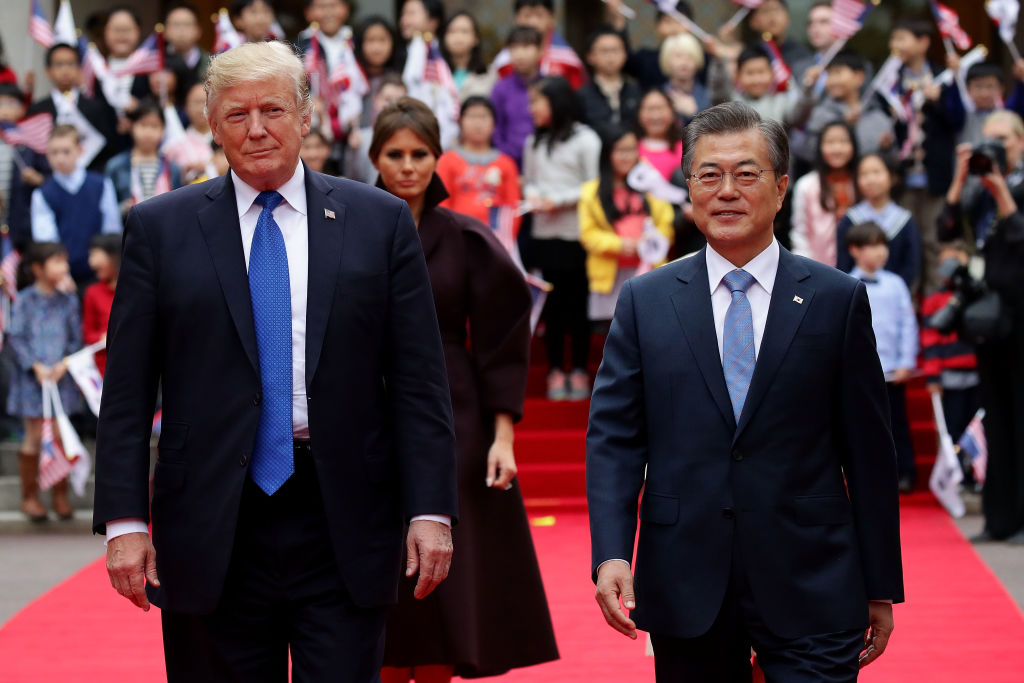Moon Jae-In and Trump pose for a picture