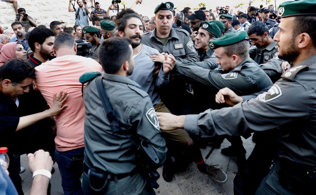 Israeli border guards push back Israeli Arab protestors
