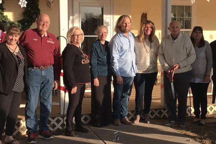 Kody Brown, Meri Brown, and other in front of Lizzie's Heritage Inn