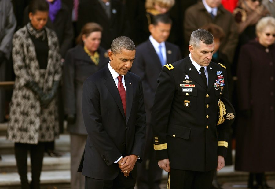 President Barack Obama (C) and U.S. Army Maj. Gen. Michael Linnington, Commanding General of the National Capital Region Joint Force Headquarter