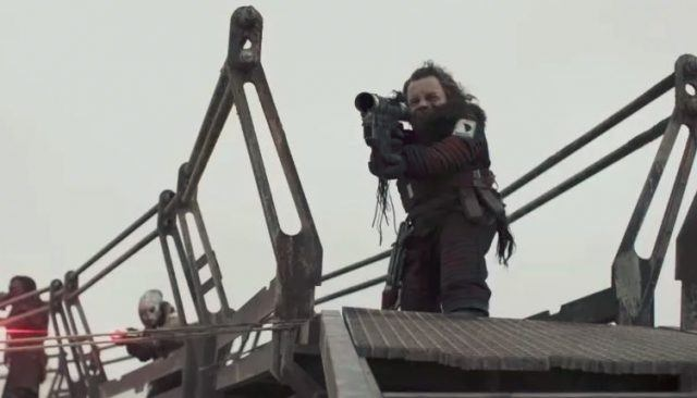 Warwick Davis holding a weapon in 'Solo: A Star Wars Story'.