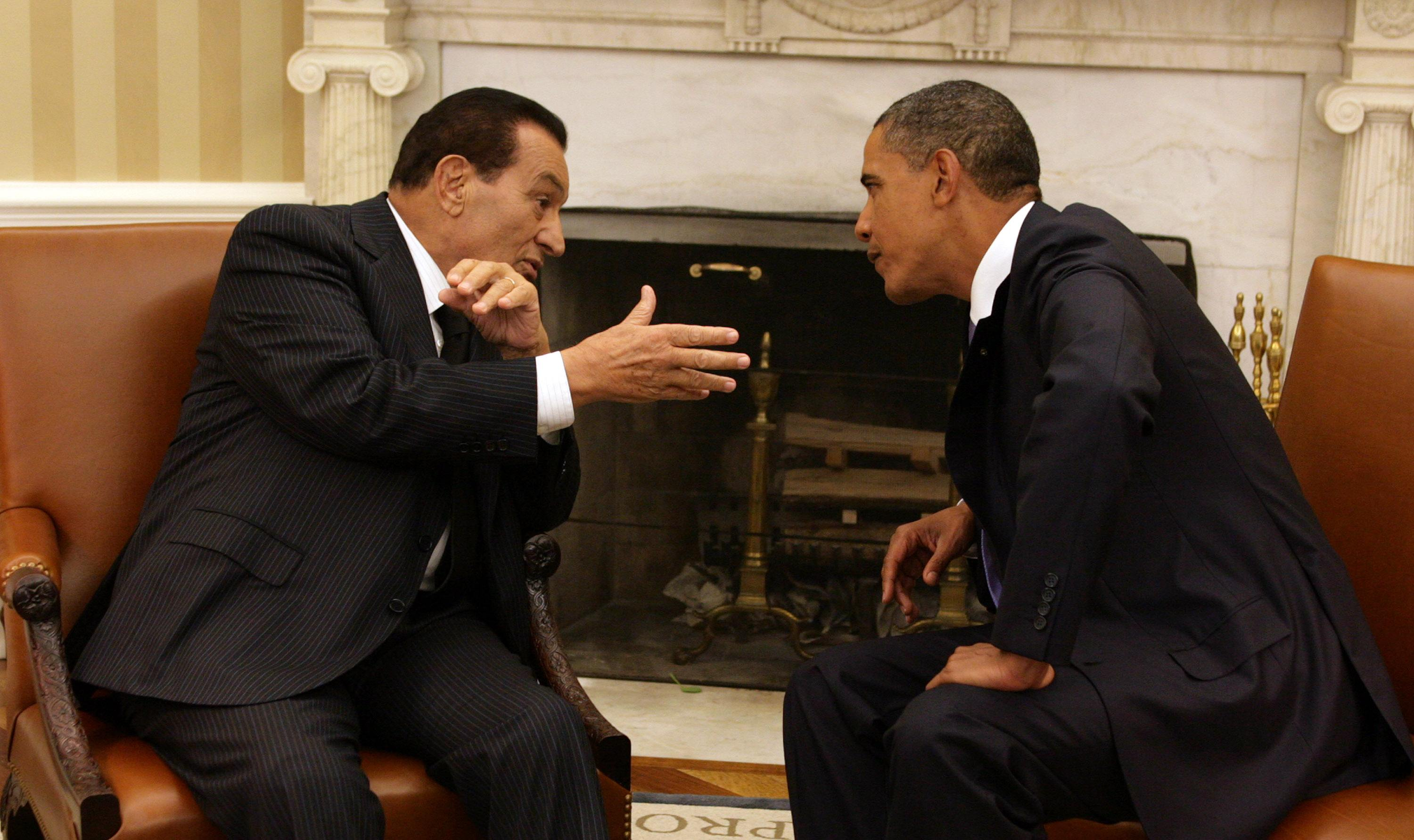 President Barack Obama (R) speaks with Egyptian President Hosni Mubarak