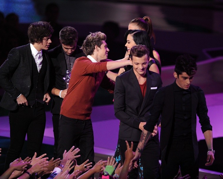 Niall Horan (with his One Direction bandmates) accepts the Best Pop Video award from singer Katy Perry onstage during the 2012 MTV Video Music Awards at Staples Center on September 6, 2012 in Los Angeles, California.
