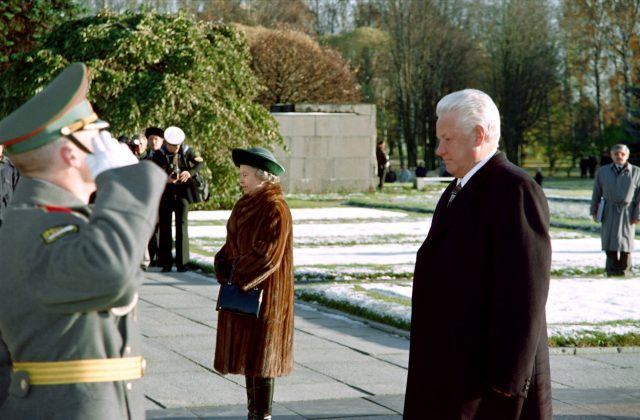 Boris Yeltsin and Queen Elizabeth II walk past a guard of honour