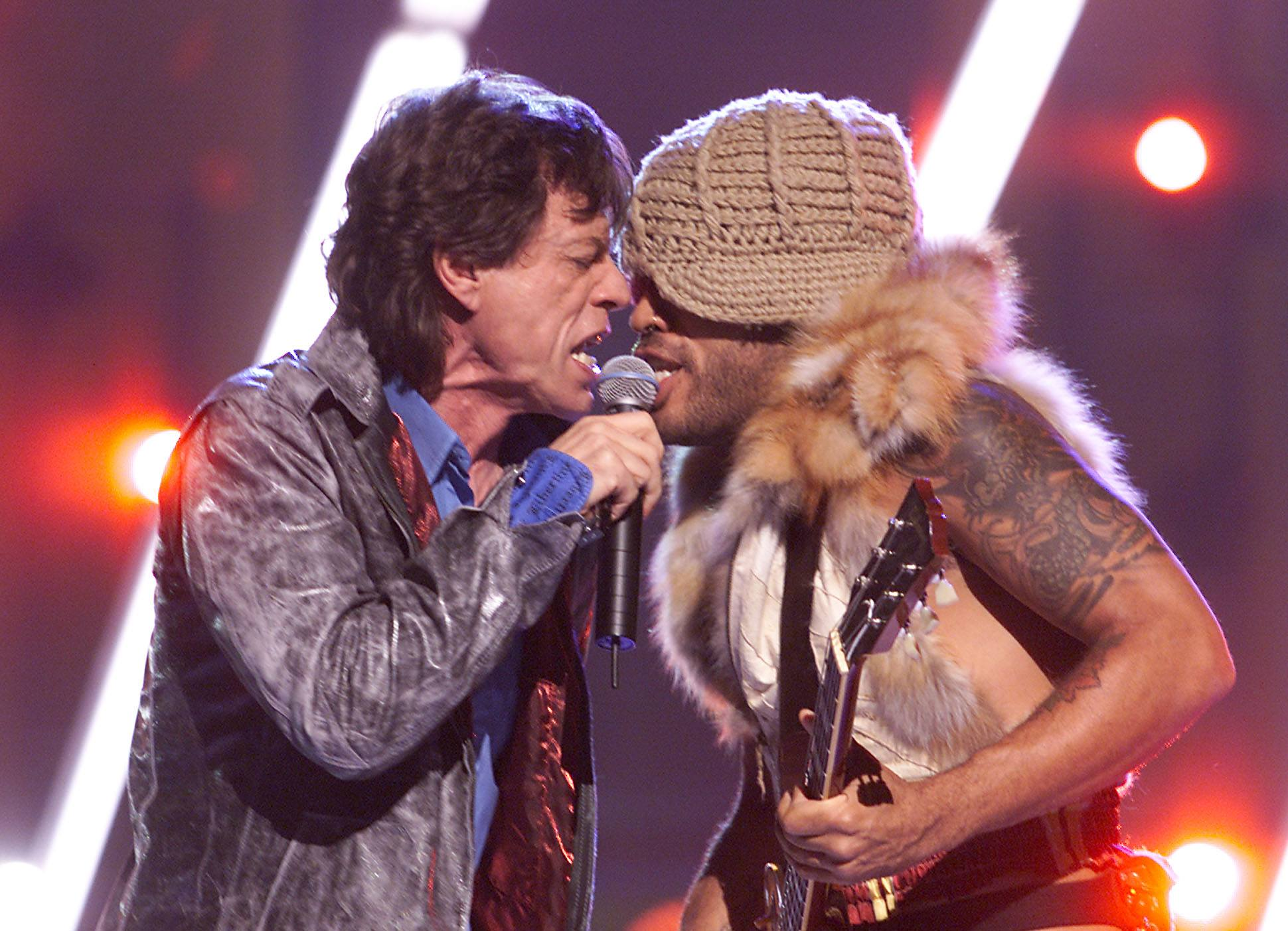Mick Jagger and Lenny Kravitz perform in 2001