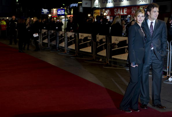 US actress Julia Roberts and British actor Clive Owen (R) arrive at the world premier of the movie Duplicity