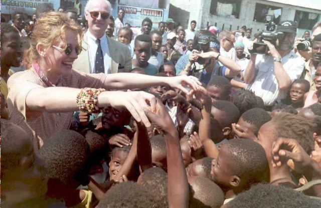 Visiting US actress Julia Roberts reaches out to greetchildren from Port-au-Prince, Haiti, 11 May the St.Martin Health Center. Roberts is in Port-au-Prince as an Ambasador for UNICEF.