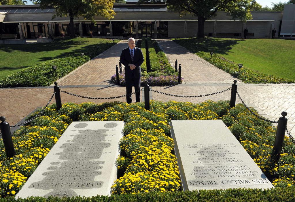 John McCain at Harry Truman gravesite