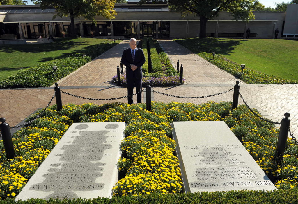 John McCain at Harry Truman gravesite