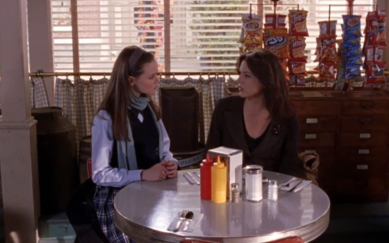 Lauren Graham as Lorelai and Alexis Bledel as Rory in Gilmore Girls