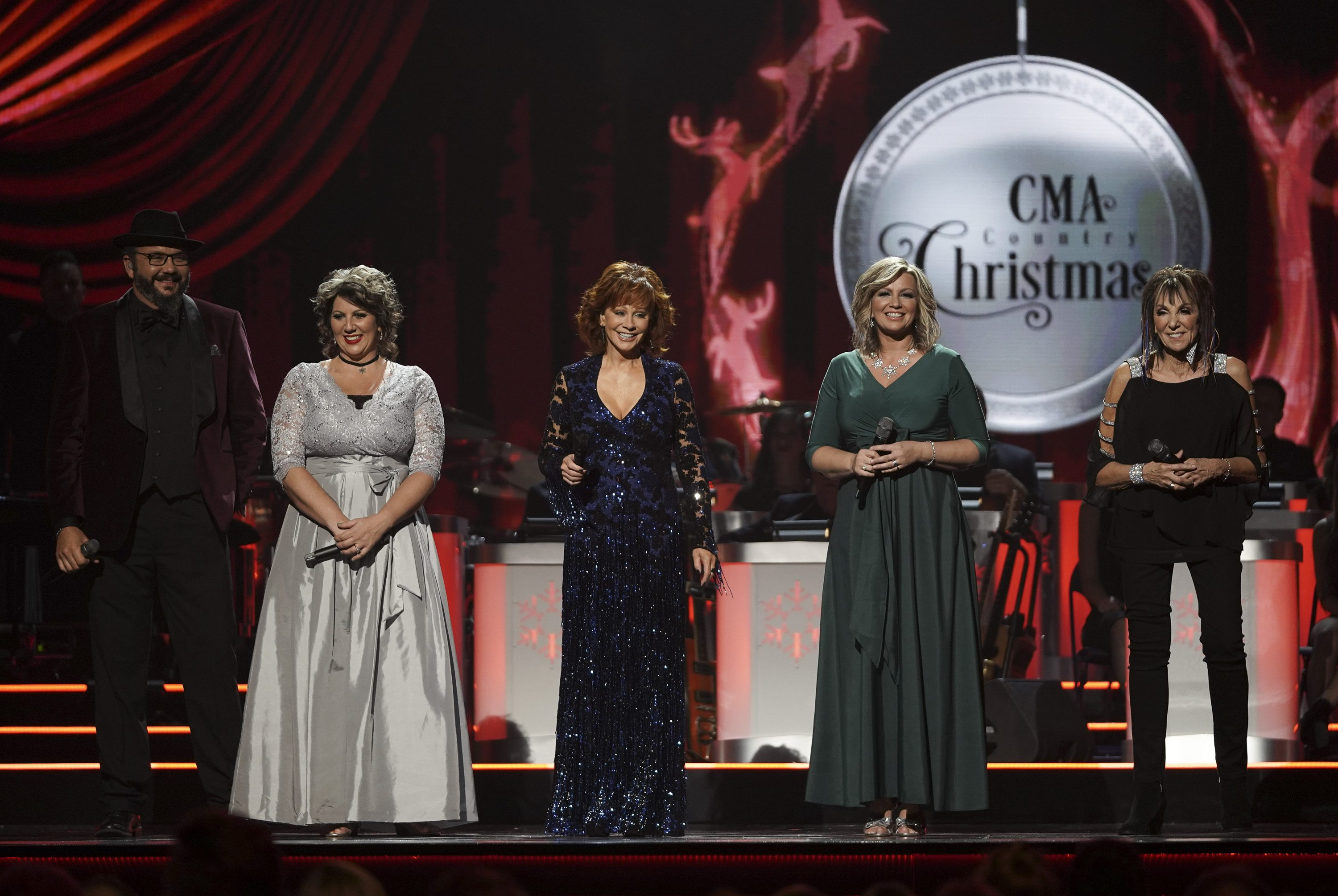 Cma Country Christmas.Who Is Performing At Cma Country Christmas 2018