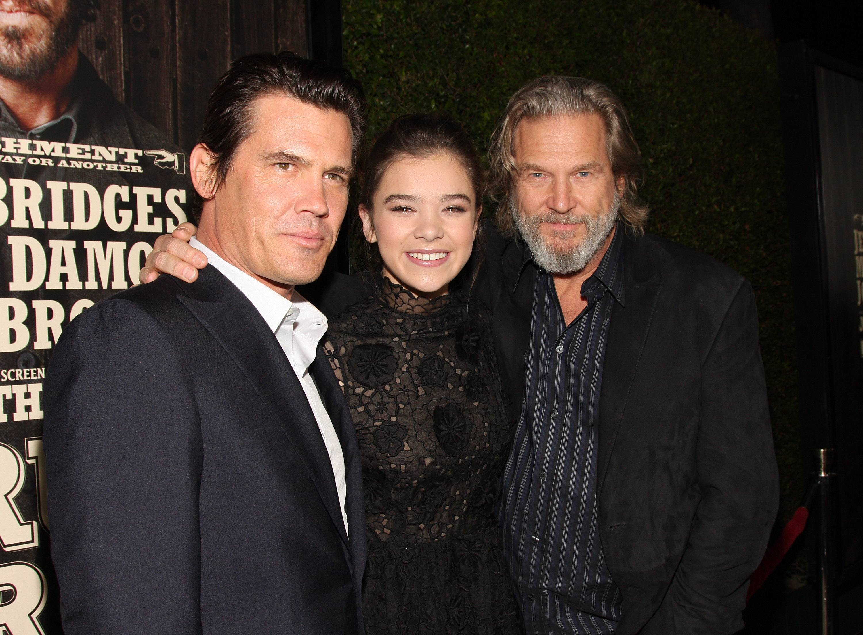 Hailee Steinfeld (center) with Josh Brolin and Jeff Bridges in 2010.