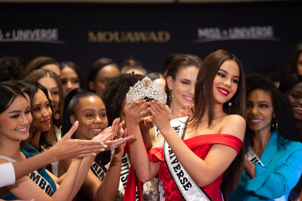 Miss Universe Catriona Gray holding crown
