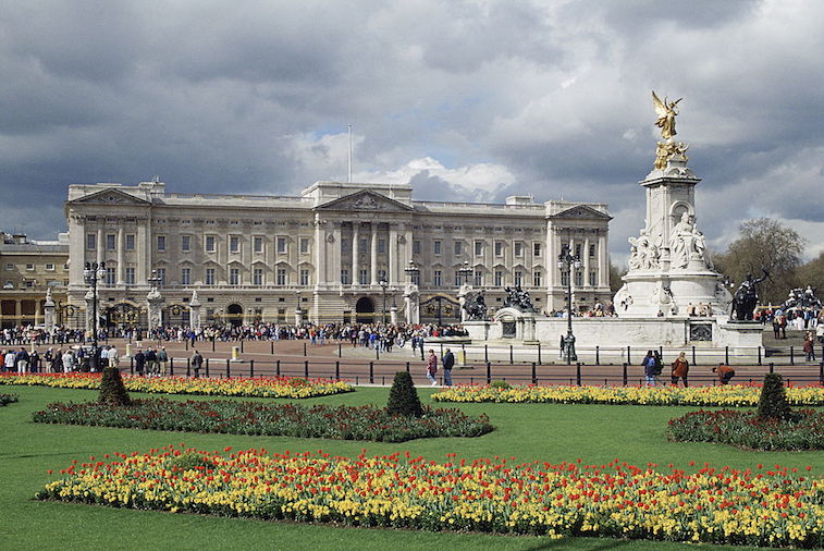 how big is buckingham palace. Black Bedroom Furniture Sets. Home Design Ideas