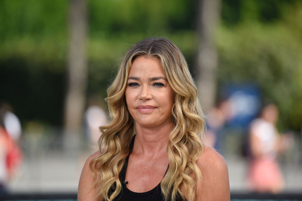 "Denise Richards visits ""Extra"""