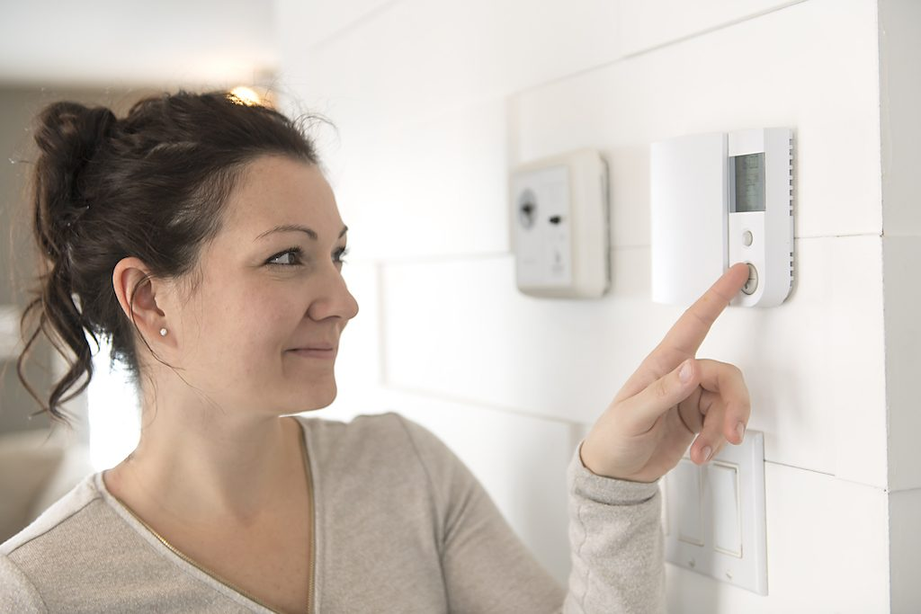 woman set the thermostat